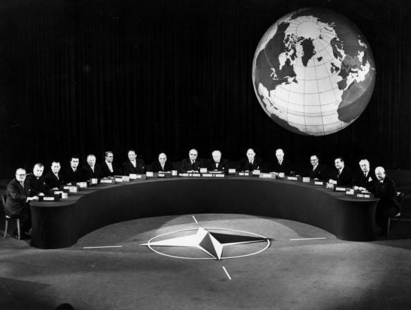 In A Row「NATO Delegates」:写真・画像(19)[壁紙.com]