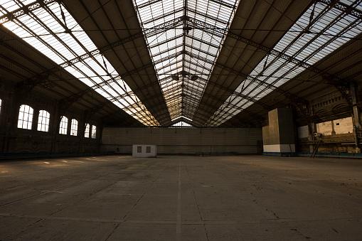 打ち捨てられた「怖いた倉庫ます。」:スマホ壁紙(15)