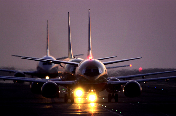 Airport Runway「LAX Found Worst in Runway Near-Crashes」:写真・画像(1)[壁紙.com]