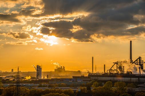Mill「Germany, North Rhine-Westphalia, Duisburg Huettenheim, view to steel mill and Huckingen gas power station by twilight」:スマホ壁紙(14)