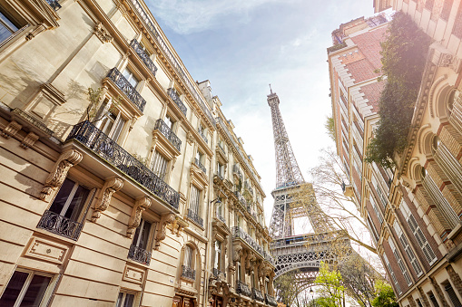 France「Looking up at The Eiffel Tower through Paris housing, Paris, France」:スマホ壁紙(12)