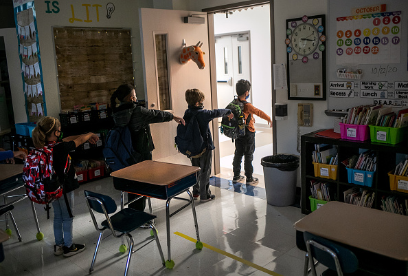 Classroom「Some Schools Continue In-Class Learning As Others Shutter As COVID-19 Spikes Continue」:写真・画像(8)[壁紙.com]