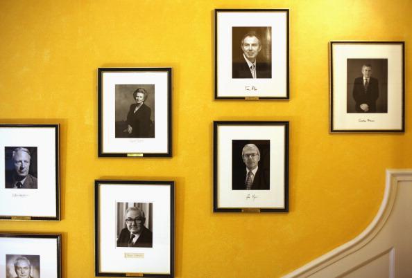 Hanging「Former Prime Minister Gordon Brown's Photograph Is Hung Inside 10 Downing Street」:写真・画像(8)[壁紙.com]