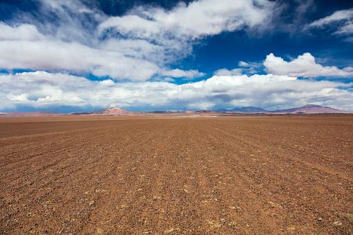 Dirt Road「Dirt track leading to the Salar de Tara salt flat, located 4,300m altitude in Los Flamencos National Reserve at the Atacama desert, Chile, January 18, 2018」:スマホ壁紙(12)