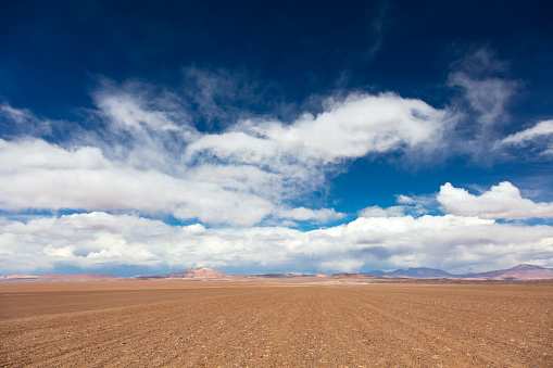 Extreme Weather「Dirt track leading to the Salar de Tara salt flat, located 4,300m altitude in Los Flamencos National Reserve at the Atacama desert, Chile, January 18, 2018」:スマホ壁紙(3)