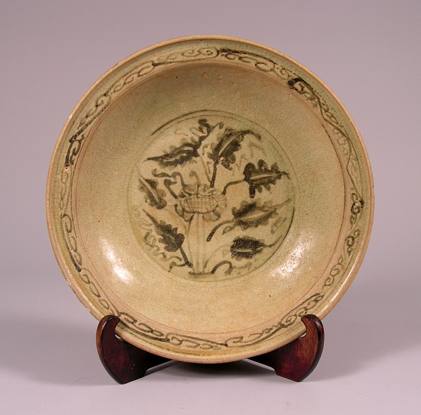 Shallow「Glazed plate made with shallow rounded sides rising from a countersunk foot」:写真・画像(11)[壁紙.com]