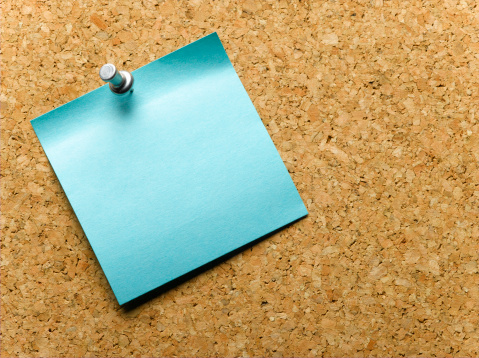 Reminder「Blue adhesive note pinned to notice board, close-up」:スマホ壁紙(13)