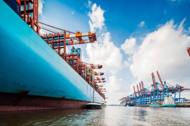 Container ship in Hamburg harbour:スマホ壁紙(壁紙.com)