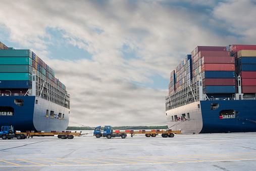 Pier「Container ship」:スマホ壁紙(18)