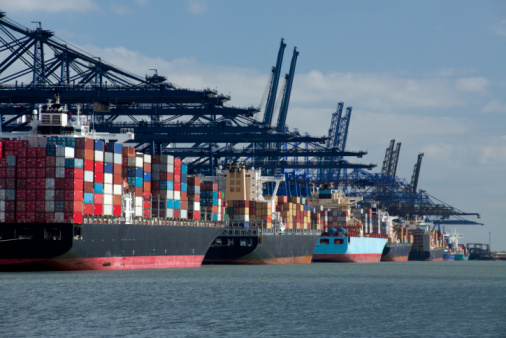 Pier「Container ships at dock」:スマホ壁紙(4)