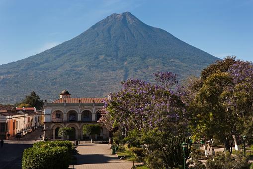 アグア火山「Agua Volcano seen from Central Plaza in Antigua in Guatemala」:スマホ壁紙(17)