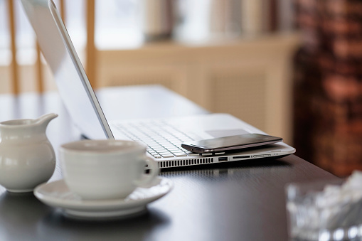 Jug「Cell phone and laptop on coffee shop table」:スマホ壁紙(14)
