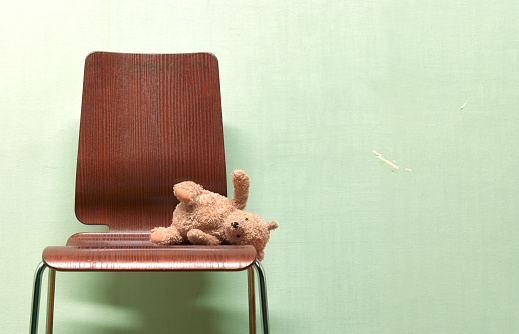 Violence「CHILDS FORGOTTEN, ABANDONED TEDDY ON CHAIR」:スマホ壁紙(1)