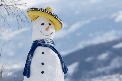 snowman「Snowman with mountain in background, close-up」:スマホ壁紙(1)