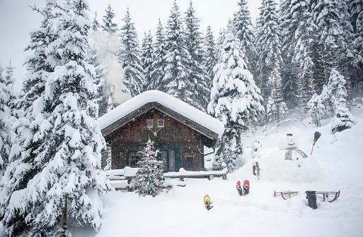 snowman「Austria, Altenmarkt-Zauchensee, snowman, sledges and Christmas tree at wooden house in snow」:スマホ壁紙(0)