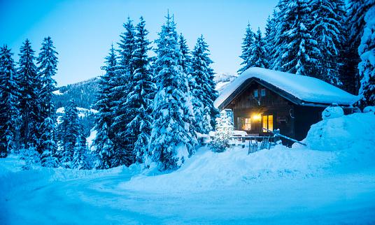 Atmosphere「Austria, Altenmarkt-Zauchensee, sledges, snowman and Christmas tree at illuminated wooden house in snow at dusk」:スマホ壁紙(15)