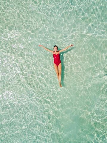 女性のみ「ビーチでリラックスした女性の空中ショット」:スマホ壁紙(16)
