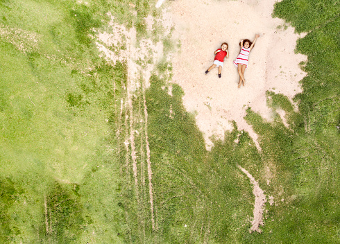 環境「公園で横になっている子供たちの空中ショット」:スマホ壁紙(1)