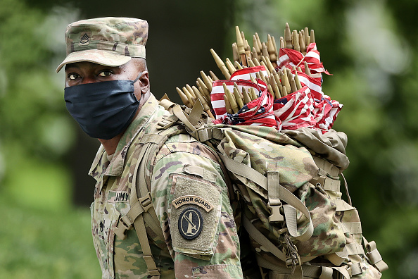 Army Soldier「Arlington National Cemetery Holds Annual Flags-In To Honor Fallen For Memorial Day」:写真・画像(11)[壁紙.com]