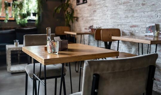 Table「Empty table at a restaurant」:スマホ壁紙(5)
