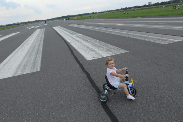 Airport Runway「Tempelhof, From Airport To Public Park」:写真・画像(10)[壁紙.com]