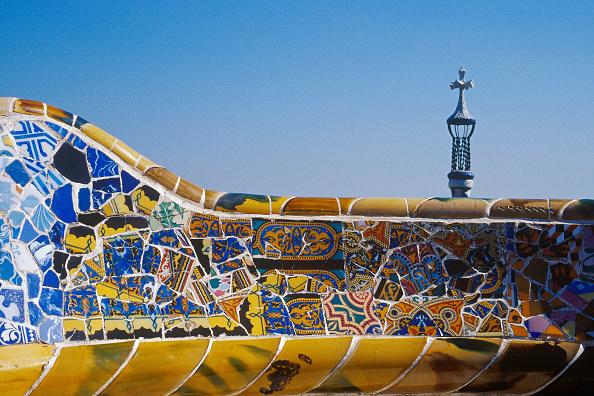 アントニ・ガウディ「Detail of ceramic tiled mosaic wall at Parc Guell, Barcelona, Catalunya, Spain Designed by Antoni Gaudi」:写真・画像(4)[壁紙.com]