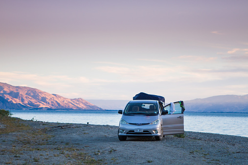 South Island New Zealand「A campervan sets up a campsite.」:スマホ壁紙(14)