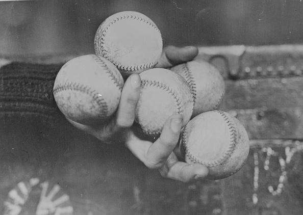 Black And White「Baseball Hold」:写真・画像(12)[壁紙.com]