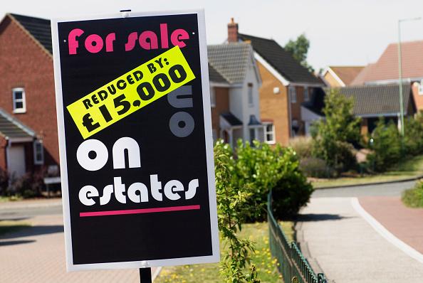 Crisis「Reduced price property sale sign」:写真・画像(10)[壁紙.com]