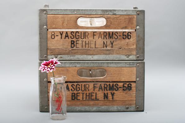 Colored Background「Yasgur Farms Milk Bottle & Crates」:写真・画像(6)[壁紙.com]