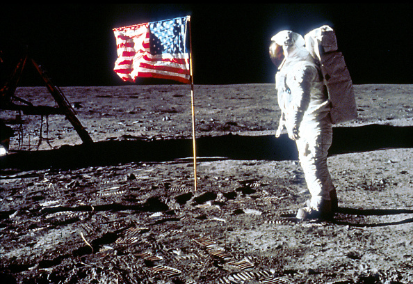 Moon「Buzz Aldrin Poses next To The U.S. flag On Moon」:写真・画像(9)[壁紙.com]