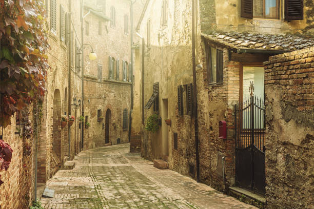 Street in an old italian town in Tuscany:スマホ壁紙(壁紙.com)