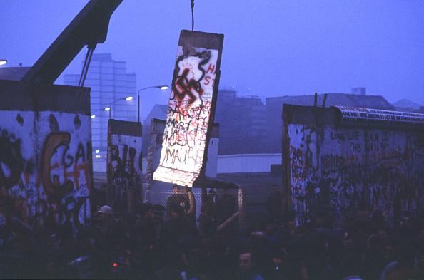 Berlin Wall「Lone Light Illuminates A Piece Of The Berlin Wall」:写真・画像(17)[壁紙.com]