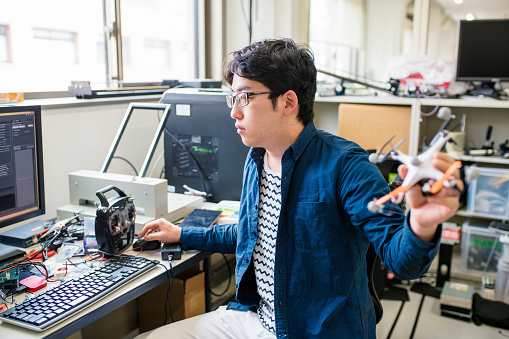 大人「ドローンのデザインに取り組む学生」:スマホ壁紙(5)
