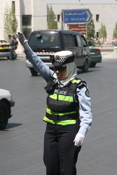 Traffic「Female Police Officers Direct Traffic in Amman」:写真・画像(3)[壁紙.com]