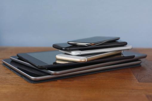 Mobile Phone「Stack of smart phones and digital tablets」:スマホ壁紙(5)