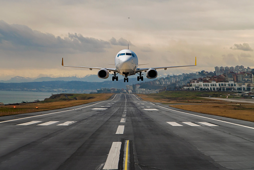 Commercial Airplane「Plane taking off from an airport」:スマホ壁紙(1)