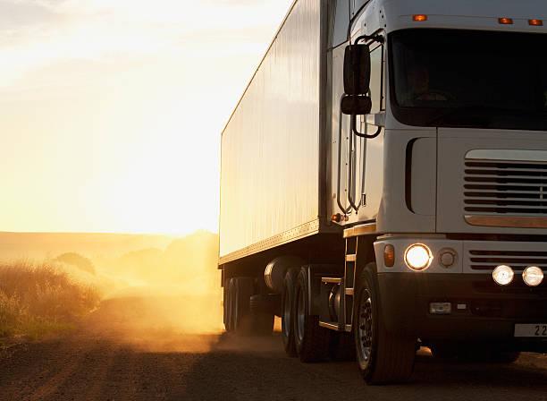 Semi-truck driving on dusty dirt road:スマホ壁紙(壁紙.com)