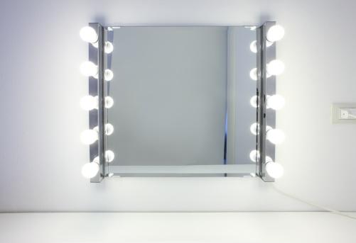 Vanity「Dressing room mirror with ten light bulbs」:スマホ壁紙(7)