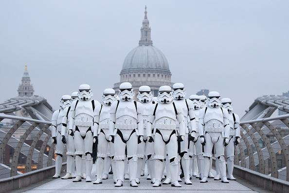 Star Wars「Stormtroopers Greet Commuters On The Millennium Bridge」:写真・画像(5)[壁紙.com]