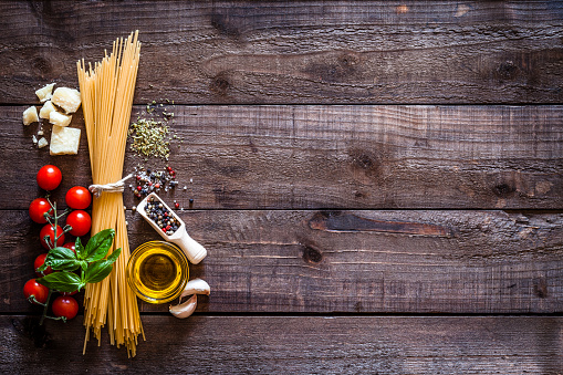 Plank - Timber「Spagetti with ingredients on rustic wooden table」:スマホ壁紙(1)