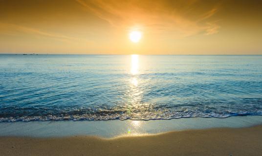 Andaman Sea「Sun shining brightly on rippling water and beach」:スマホ壁紙(11)