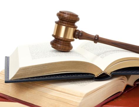 Legal System「Gavel on open books」:スマホ壁紙(11)
