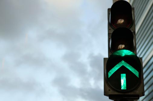 Guidance「China, Hong Kong, traffic light displaying green arrow, close-up」:スマホ壁紙(2)