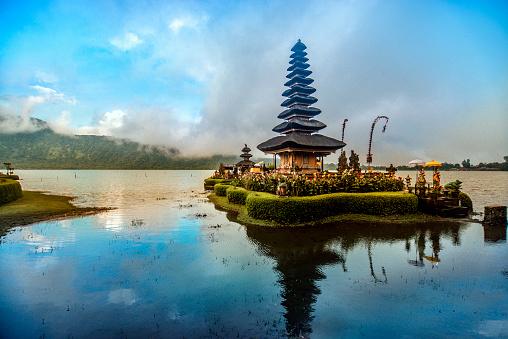 Indonesia「Pura Ulun Danu Beratan the Floating Temple in Bali at Sunset」:スマホ壁紙(17)
