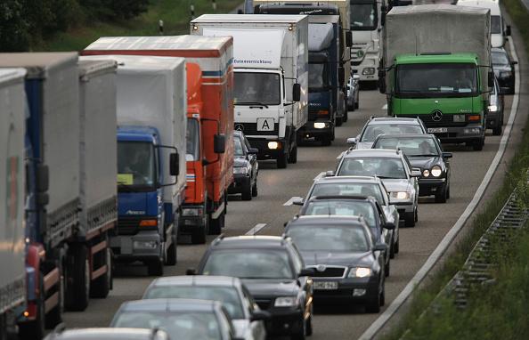 Semi-Truck「Cars Crawl Along In A Traffic Jam」:写真・画像(14)[壁紙.com]