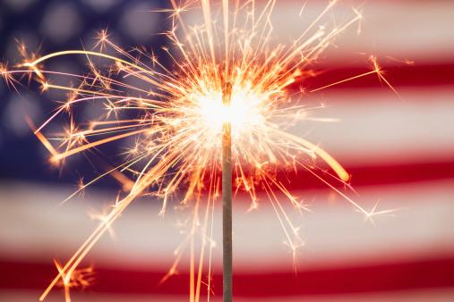 花火「Sparkler and American flag」:スマホ壁紙(5)
