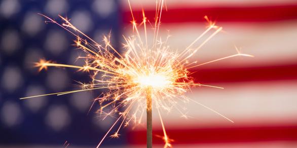 花火「Sparkler and American flag」:スマホ壁紙(4)