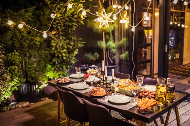 Table ready for dinner party:スマホ壁紙(壁紙.com)