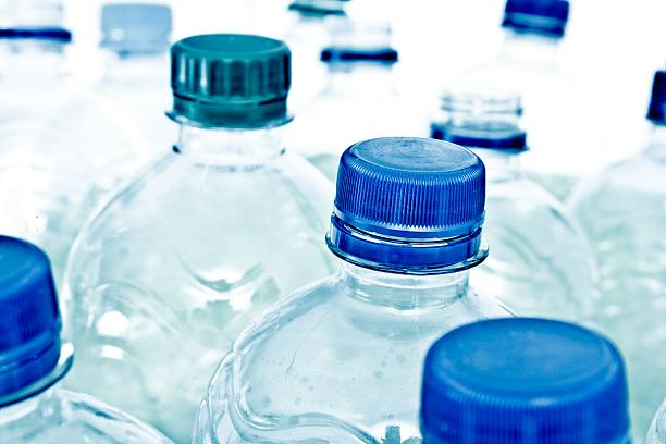 empty plastic bottles:スマホ壁紙(壁紙.com)
